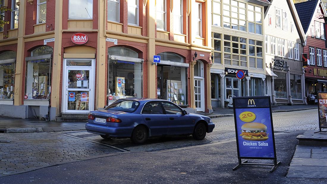 Den kristen bokhandelen Vestbok, som vart nedlagt i 2013, lå i krysset Vetrelidsallmenning og Kong Oscarsgate. Den nye bokhandlaran får lokale i Øvre Korskirkeallmenning, ei tverrgate 150 meter lengre aust i same gata.