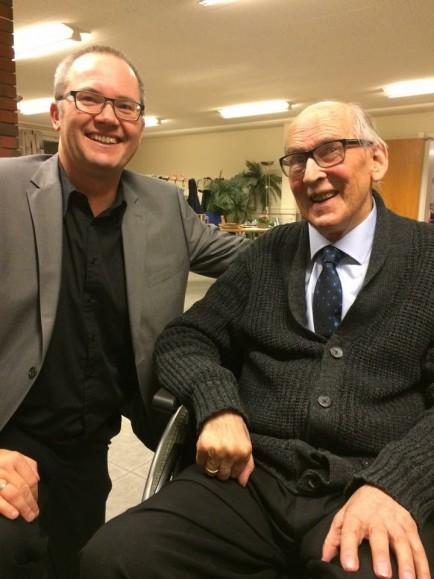 Forlagssjef Petter Olsen, til venstre, og forfatter Arnold Bjerkreim gledet seg over en fin kveld på Åkrehamn bedehus. Foto: Signe Ferkingstad