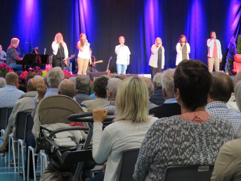 Ulike aldersgrupper var representert på åpningsmøtet. Divisi ledet sangen. Foto: Brit Rønningen