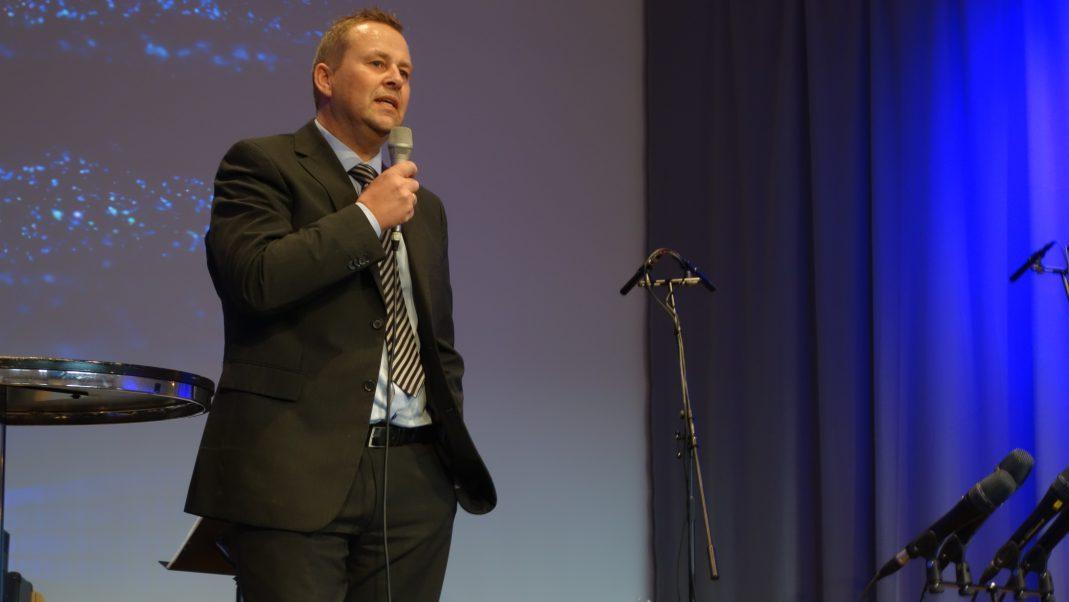Kenneth Foss leder åpningsgudstjenesten for Straume Forum 25.09.16. Foto: Petter Olsen