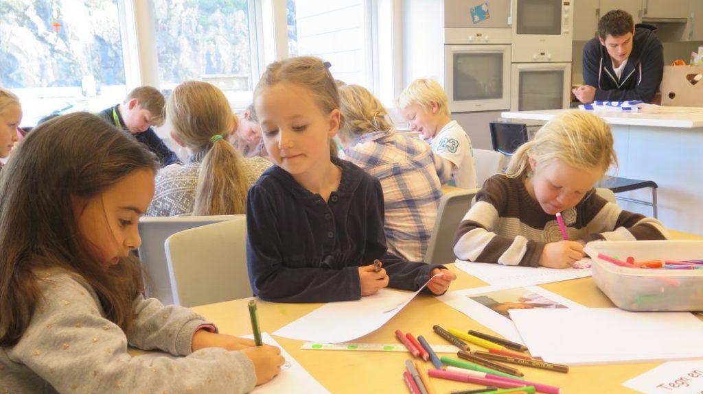 Alexandra (fra v.), Maja og Julie i 1. klasse tenger en bønn.