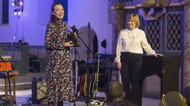 STOLT: Rut Helen Gjævert bak VGTV-serien «Frelst» fikk overrakt prisen i Oslo domkirke torsdag kveld. – Jeg er stolt og kjempeglad, sa prisvinneren. FOTO: Markus Plementas, KPK
